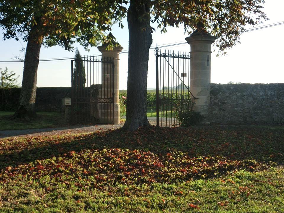 Photo-entree-portail-Peller-vue-vers-les-vignes